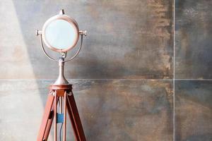 Satz Retro-Scheinwerfer auf Stativen im Grunge-Wandhintergrund mit Kopierraum und Text foto
