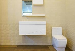 quadratisches weißes Waschbecken