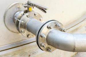 Flanschrohr mit Schrauben und Muttern. Pipeline für die Wassertankindustrie foto