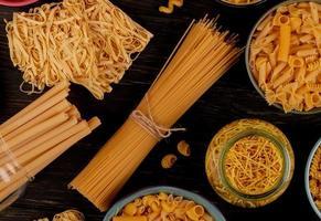 Pasta auf einem dunklen Hintergrund