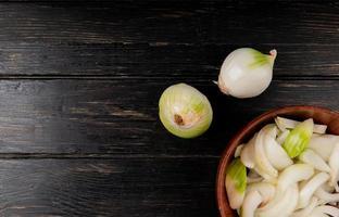 Draufsicht auf geschnittene weiße Zwiebel foto