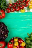 Draufsicht des Gemüses als grüne Minze verlässt Tomatenbasilikum auf grünem Hintergrund mit Kopienraum