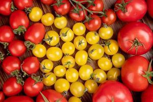 Draufsicht des Musters von Tomaten auf hölzernem Hintergrund