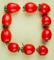 Draufsicht von Tomaten, die in quadratischer Form auf gelbem Hintergrund mit Kopienraum eingestellt werden foto