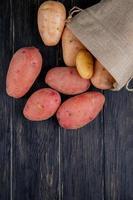 Draufsicht auf Kartoffeln, die aus einem Sack verschüttet werden