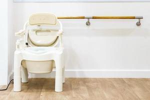 Kommodenstühle und tragbare Toiletten für ältere Menschen, Seitenansicht mit Kopierraum und Text. foto