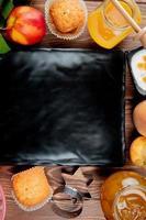 Draufsicht auf Pfirsiche mit Cupcakes und anderem Essen foto