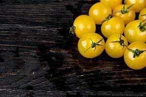 Seitenansicht der gelben Tomaten auf hölzernem Hintergrund mit Kopienraum