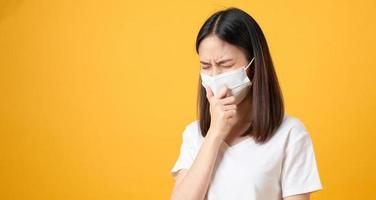 Frauen tragen Masken, um Krankheiten zu schützen foto