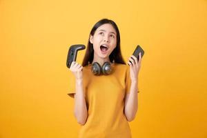 Frau hält Joysticks mit Kopfhörern