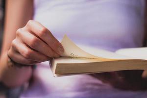 Person, die Buch liest foto