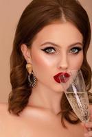 schöne Frau, die Champagner trinkt foto