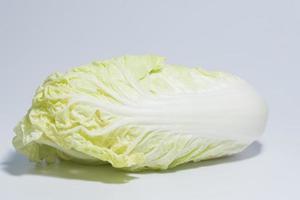 Chinakohl auf weißem Hintergrund