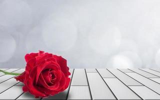Rose auf Holzboden gelegt foto