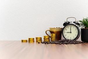 Münzen und Kaffeebohnen auf dem Schreibtisch