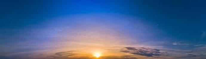 Himmel und Wolken bei Sonnenuntergang foto