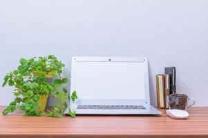 Laptop und andere Gegenstände auf dem Schreibtisch