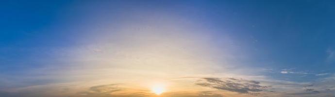 der Himmel bei Sonnenuntergang foto