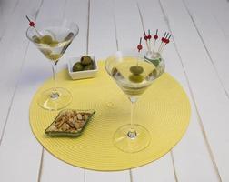 Vorderansicht von zwei Martinis auf Tischset