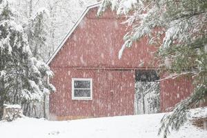 Scheune mit offener Tür im Schnee foto