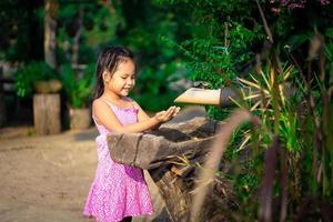 kleines asiatisches Mädchen, das ihre Hände wäscht, bevor es abends zu Abend isst foto