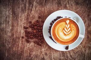 eine Tasse Kunst Latte oder Cappuccino Kaffee foto