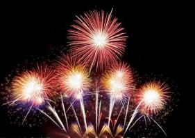 abstrakte bunte Feiertagsfeuerwerkhintergrundfeier am Silvesterabend ein Fest der Freude Feuerwerkanzeige am Nachthimmel