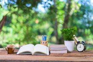Bücher und Schreibwaren auf dem Schreibtisch foto