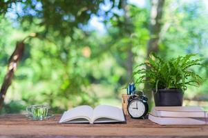 Bücher und Wecker auf dem Schreibtisch