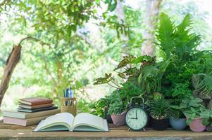 Bücher und Schreibwaren auf dem Schreibtisch