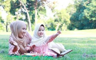 muslimische Mütter und Töchter genießen ihren Urlaub im Park