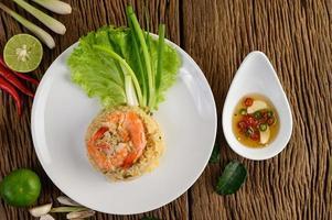 Gebratener Reis der Garnelen auf einer weißen Platte