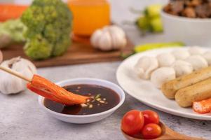 Schweinefleischbällchen und Spieße mit Wurst und Gemüse