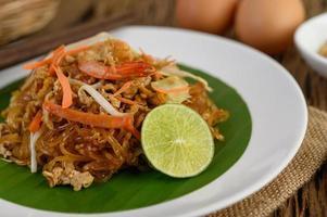 Teller Pad Thai Shrimps mit Limette und Eiern