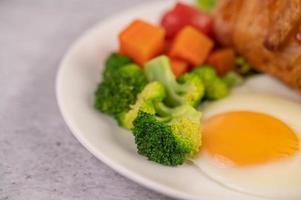 frisches Eiercroissant und Gemüsefrühstück