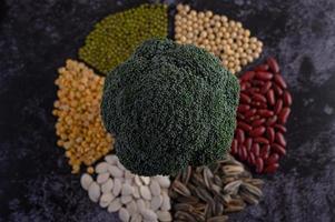 Hülsenfrüchte mit Brokkoli auf schwarzem Hintergrund