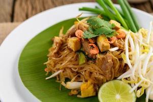 Pad Thai Gericht auf einem Bananenblatt