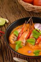 Thai scharfe würzige Suppe namens Tom Yum Kung mit Garnelen