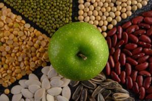 Hülsenfrüchte mit einem Apfel