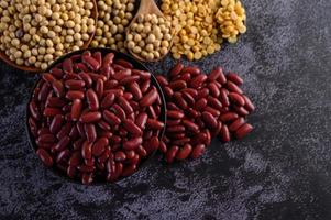 rote Bohnen in einer Holzschale und braunem Löffel