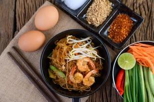Pad Thai Shrimps in einer schwarzen Pfanne mit Eiern und Gewürzen