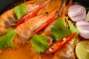 Thai scharfe würzige Suppe namens Tom Yum Kung mit Garnelen foto