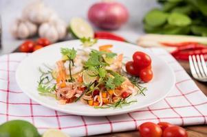 würziger thailändischer Salat mit Garnelen