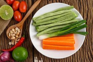 Knoblauch, Zitrone, Tomaten, Chili, Bohnen, Frühlingszwiebeln, Schalotten und Karotten nach thailändischer Art