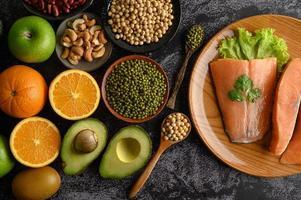 Hülsenfrüchte, Obst- und Lachsstücke foto