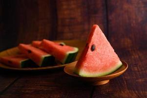 Wassermelone in Stücke geschnitten auf einem Holztisch