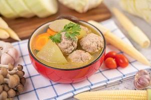 Schweinefleisch Frikadelle Suppe von Zutaten umgeben foto