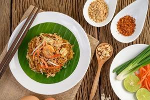 Pad Thai Shrimps in einer Schüssel mit Eiern, Frühlingszwiebeln und Gewürzen