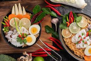 Nudeln mit Tintenfisch und gekochtem Ei