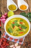würziges grünes Curry in einer Schüssel mit Gewürzen